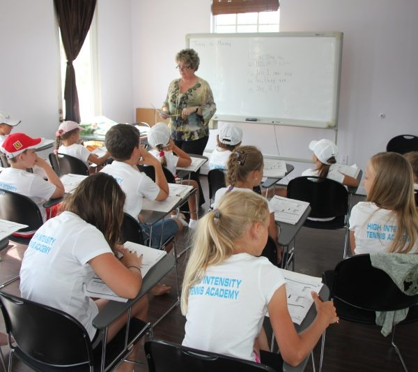 english-class_at_tennis school
